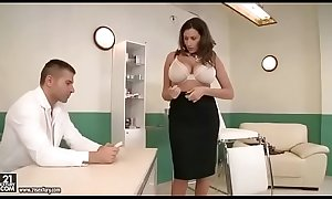 Sensual Jane visita al doctor y es follada