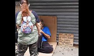 Ayudando a un homeless