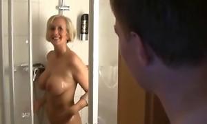 Schwiegermutter spontan morgends in der Dusche vernascht - Perfekte Milf