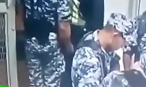 Coopera con el militar.