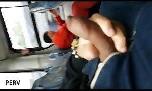 Coroa n&atilde_o tirava o olho da pica no bus&atilde_o!